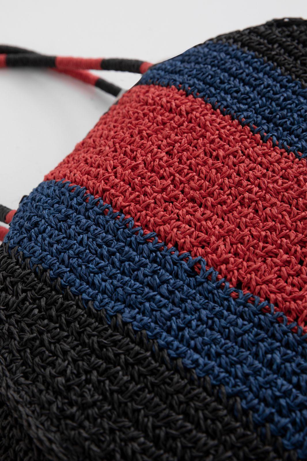 Zwarte rieten tas met gekleurde strepen