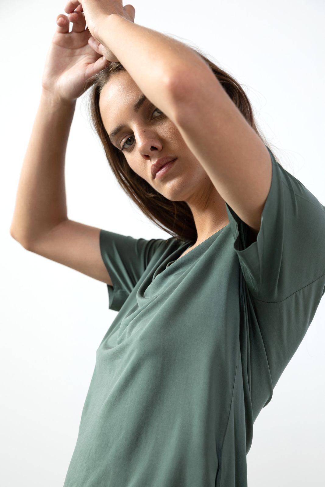 Donkergroen T-shirt met V-hals
