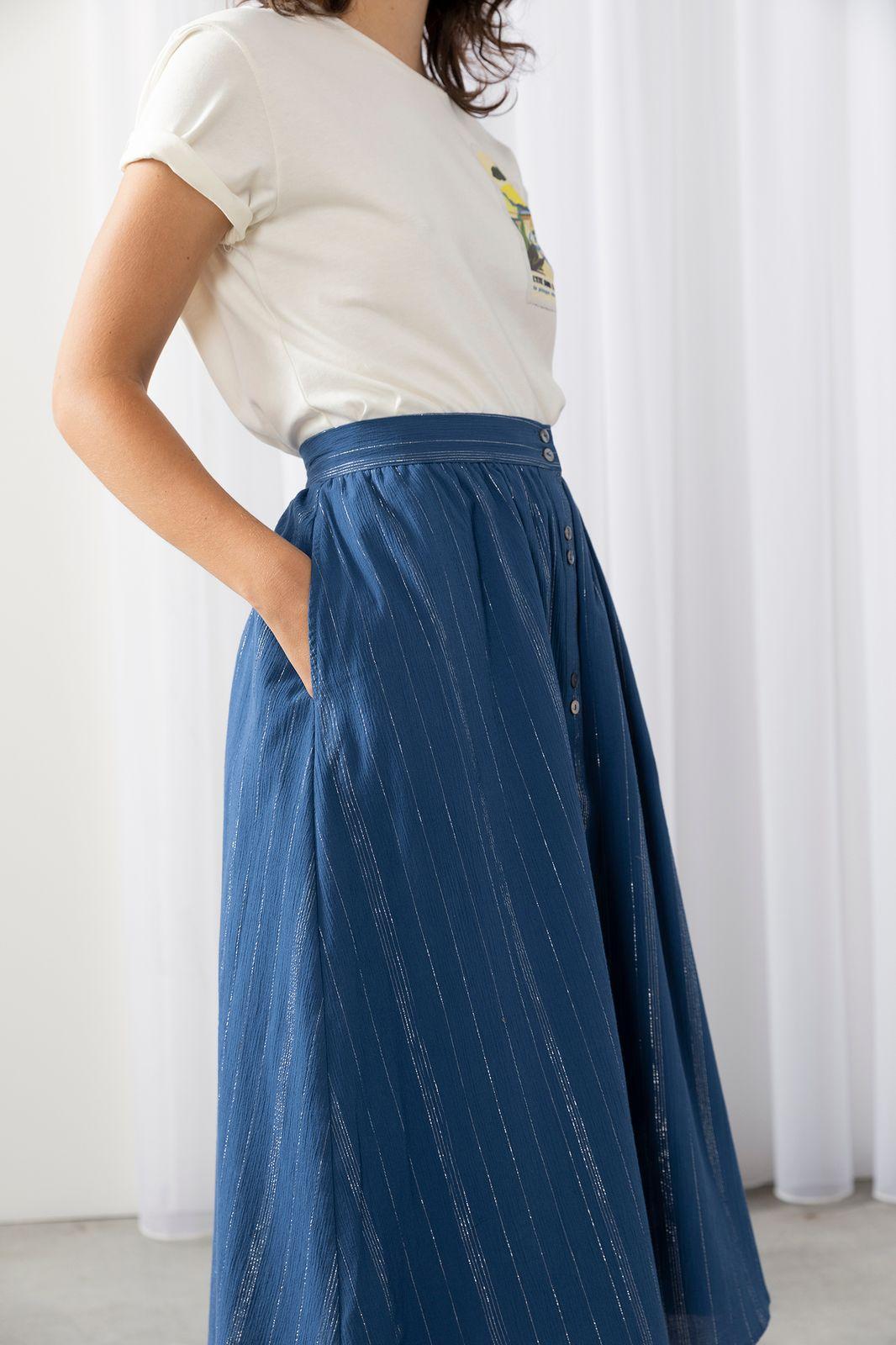 Blauwe rok met zilveren stiksels