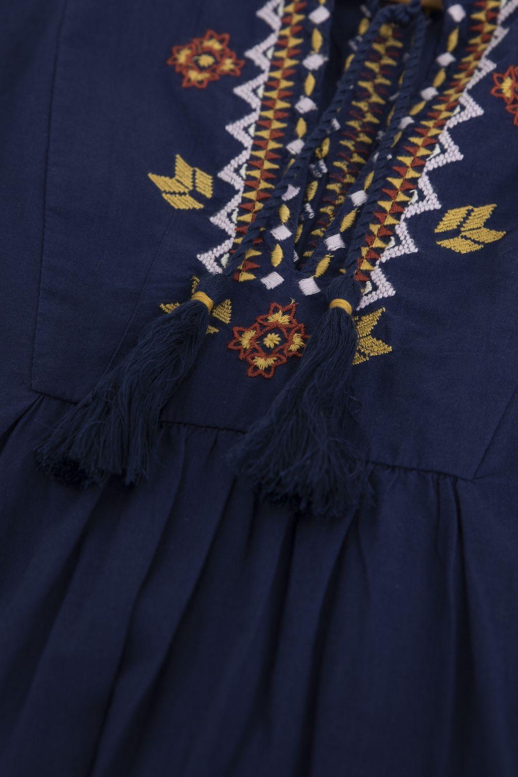 Donkerblauwe jurk met geborduurde details