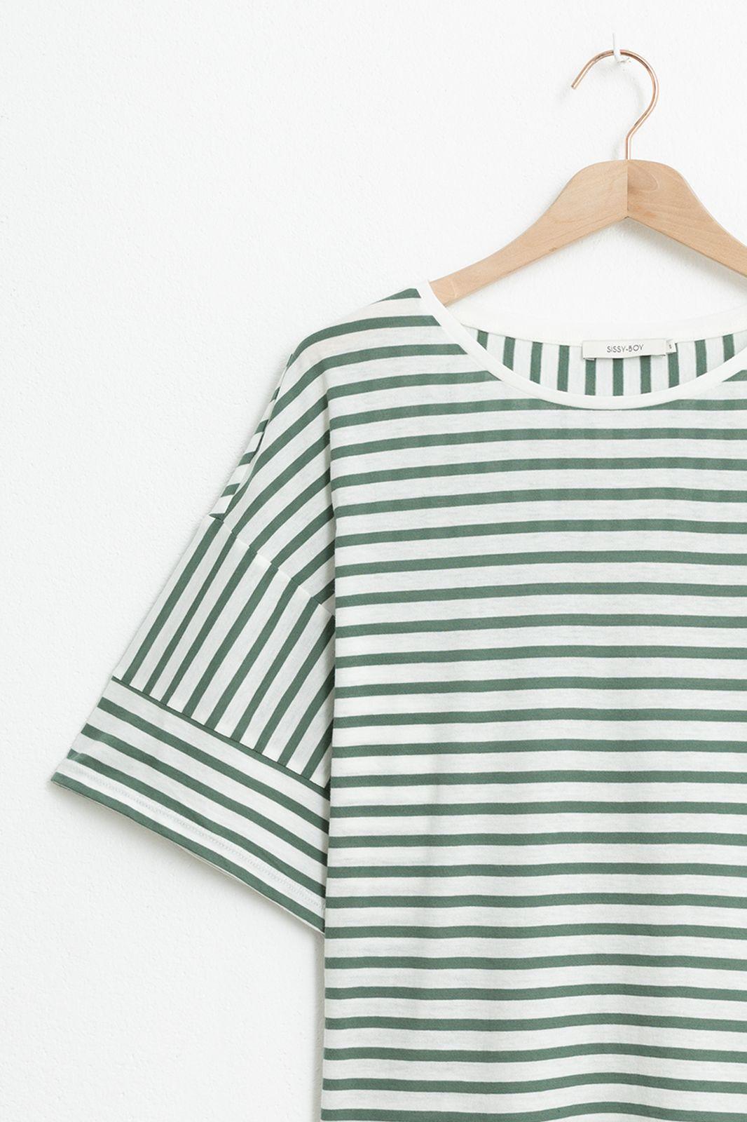 Groen gestreept T-shirt met driekwart mouwen