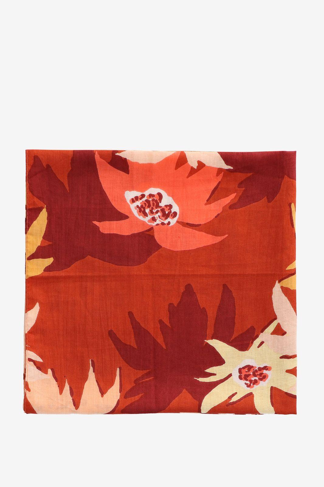 Rood sjaaltje met bloemen
