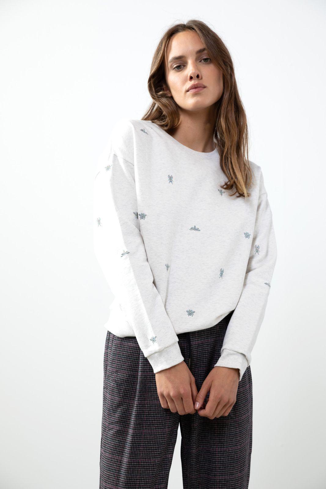 Lichtgrijze sweater met borduursels
