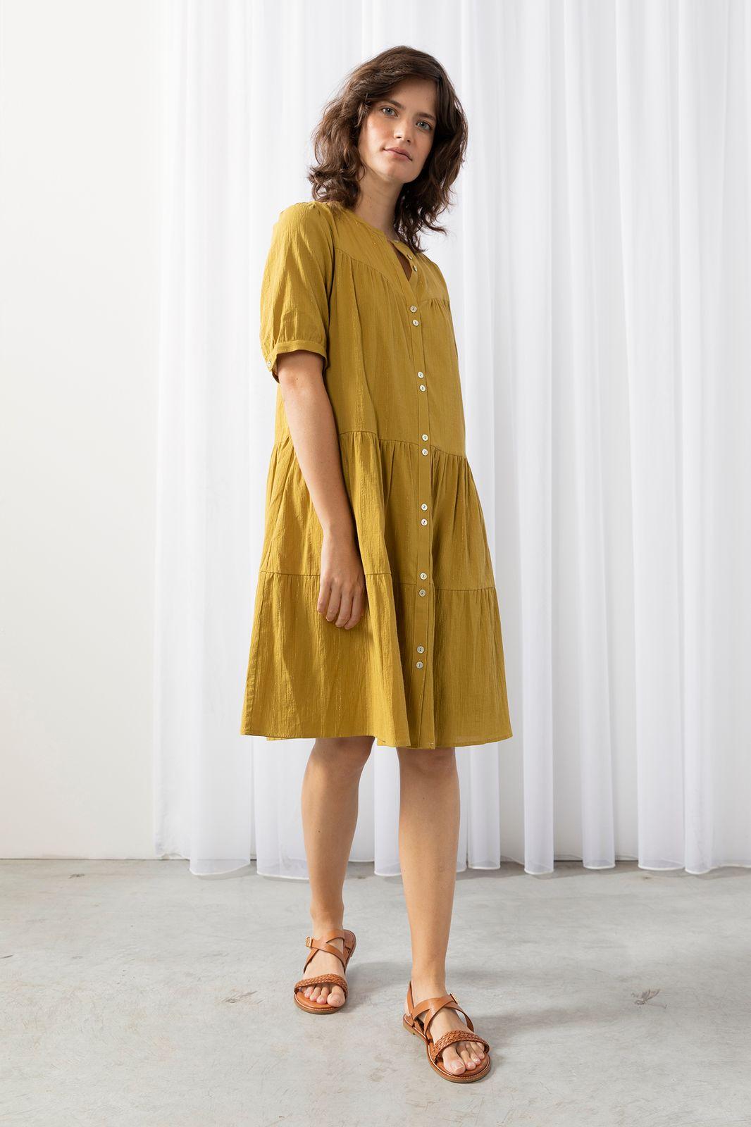 Groene jurk met gouden stiksels