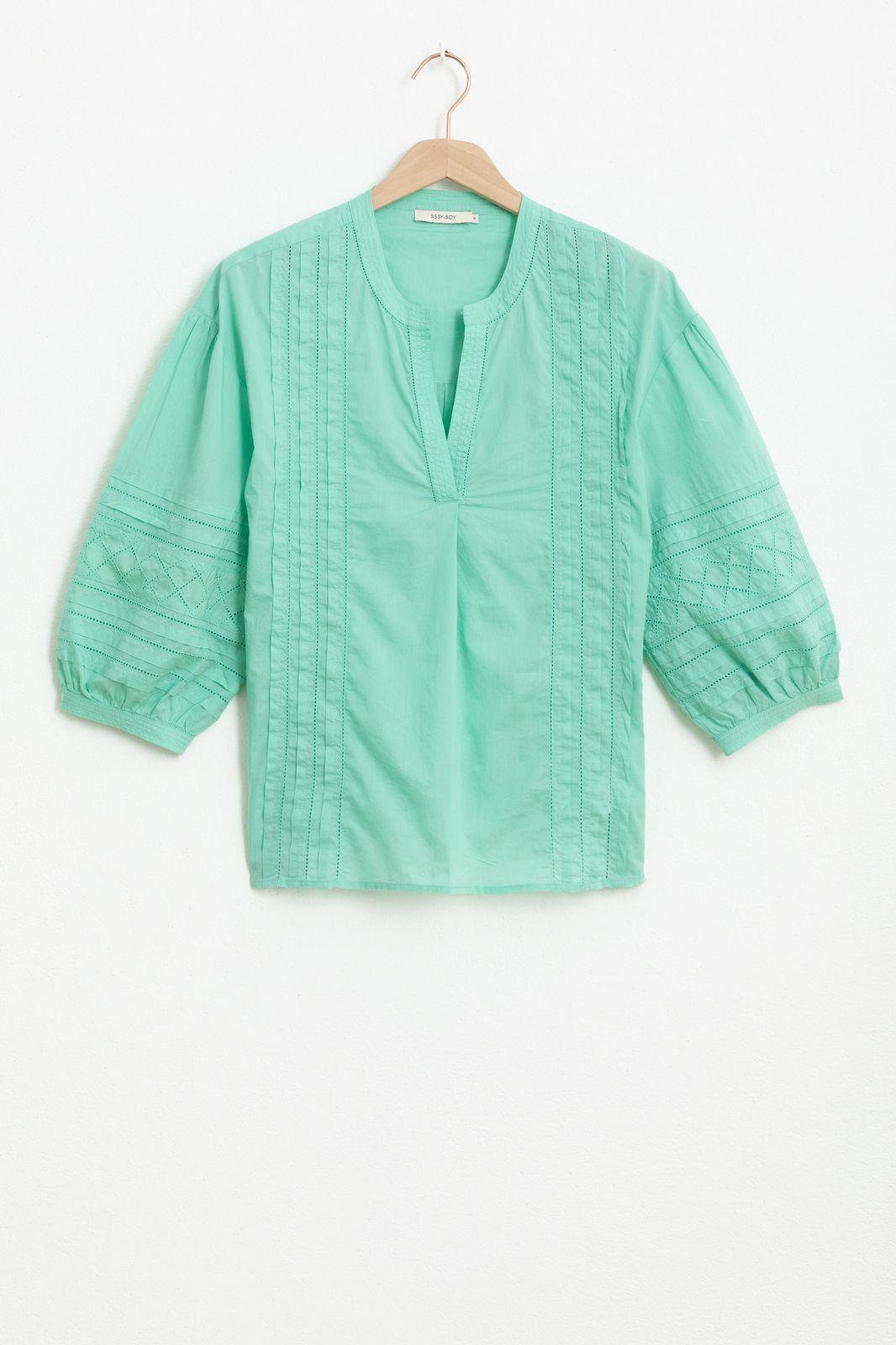 Groene blouse met geborduurde details en driekwart ballonmouwen