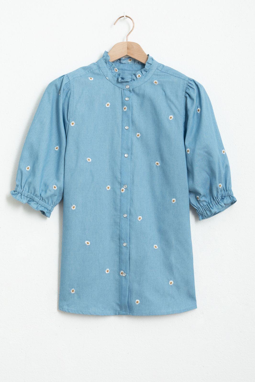 Blauwe blouse met all over geborduurde madeliefjes - Dames   Sissy-Boy