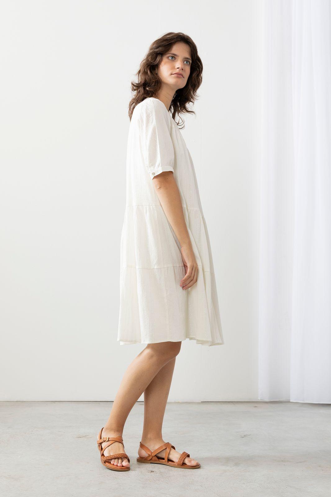 Witte jurk met zilveren stiksels