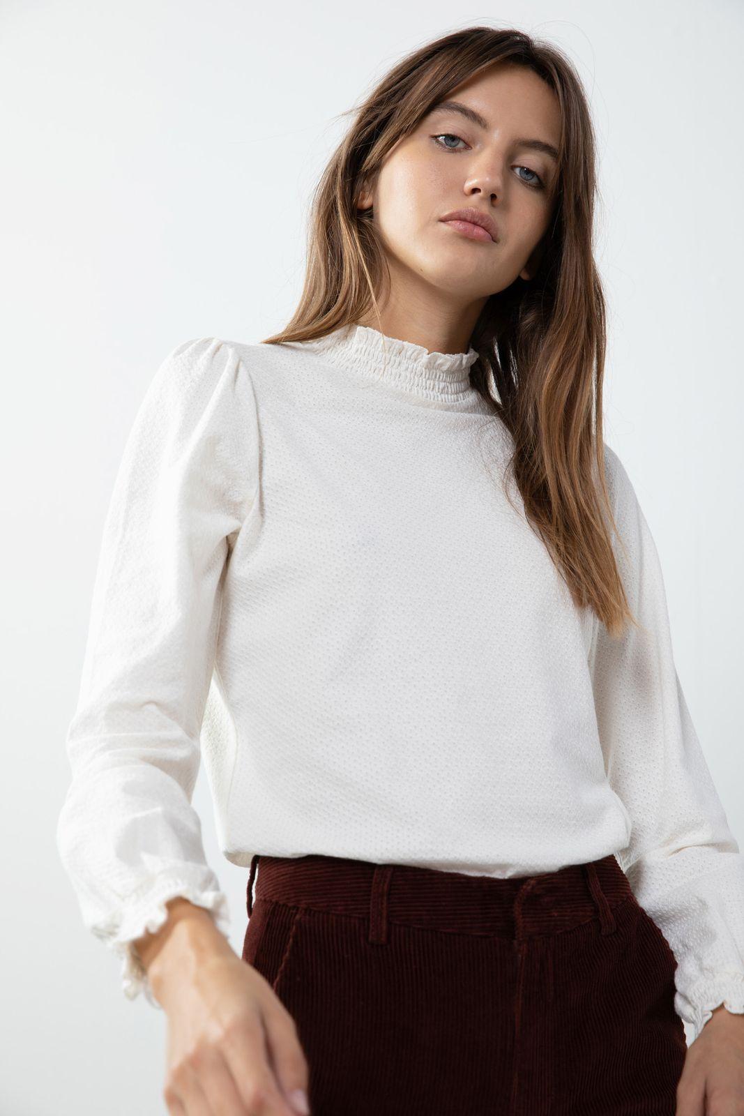Wit structuur t-shirt met colkraagje en ruffle