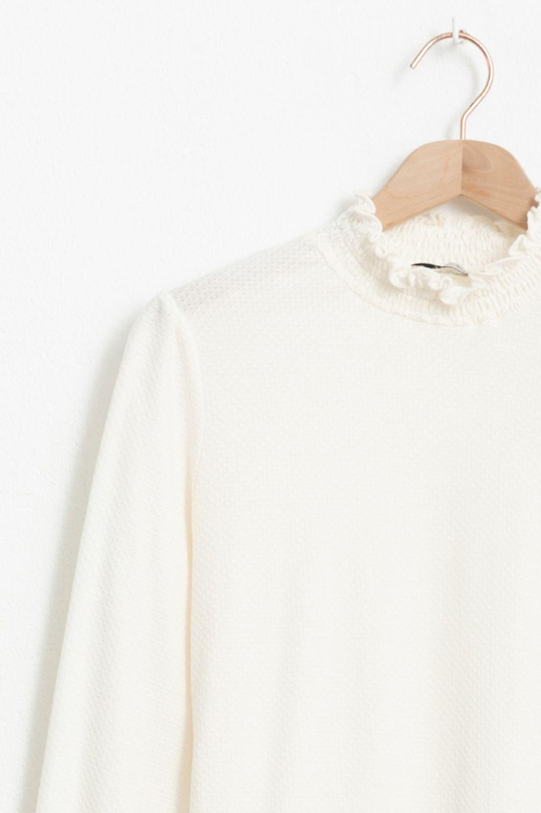Ecru mock neck T-shirt structuur