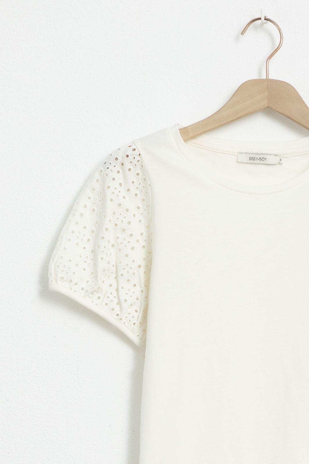Ecru T-shirt met broderie anglaise mouwen - Dames | Sissy-Boy