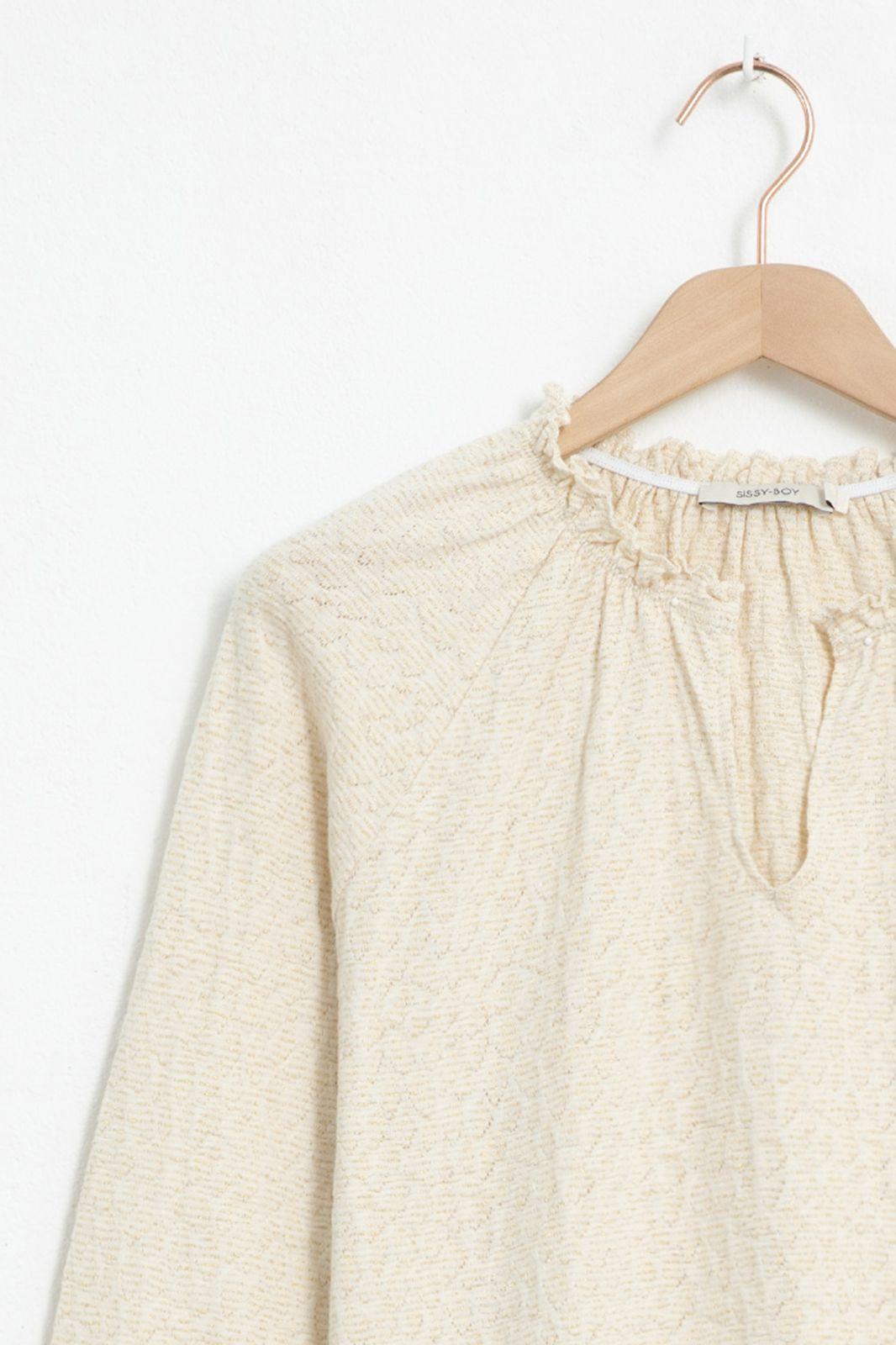 Ecru T-shirt met v-hals en ruffle details