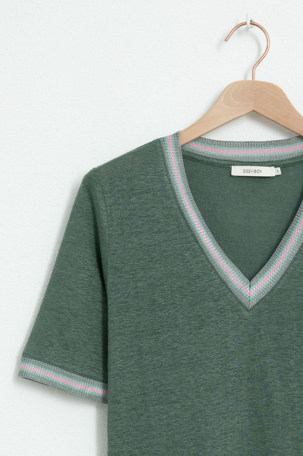 Groen T-shirt met v-hals en geweven details