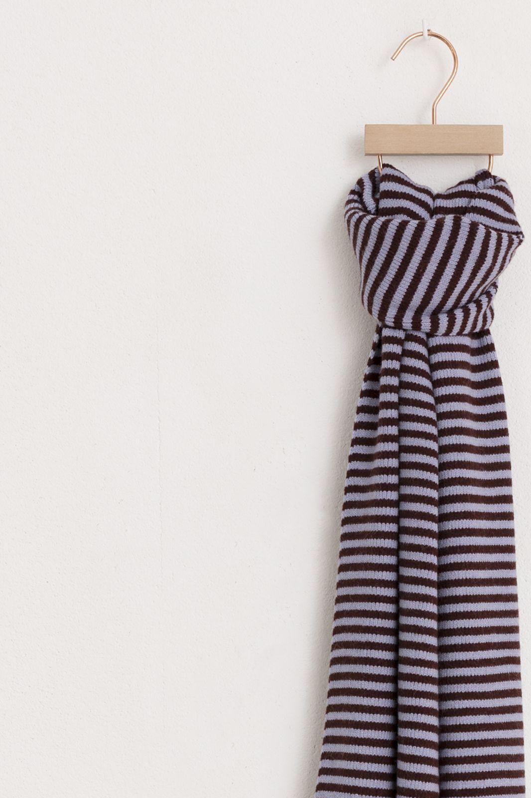 Donkerrode gestreepte brei sjaal