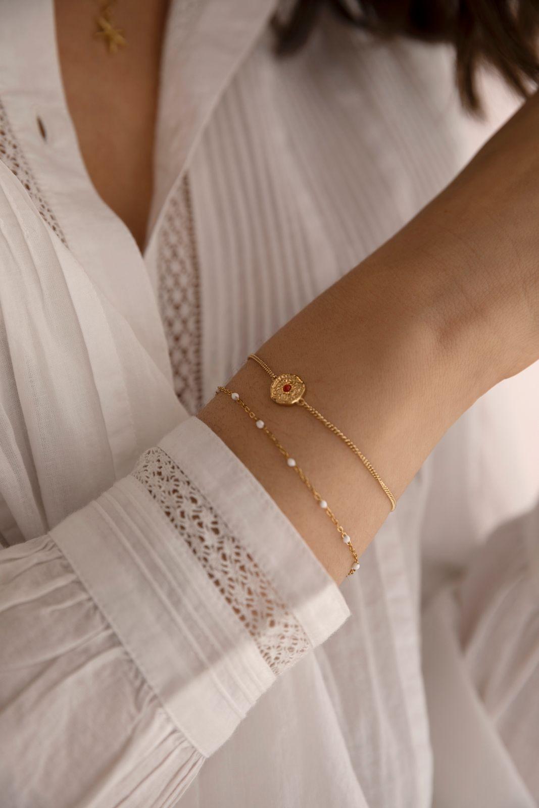 Goldplated armband met muntje en bloedkoraal