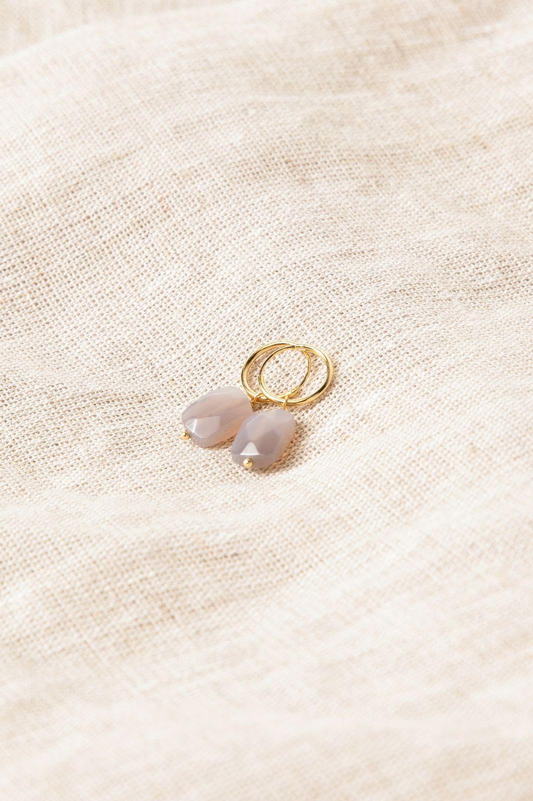 Goldplated oorbellen met grijs steentje