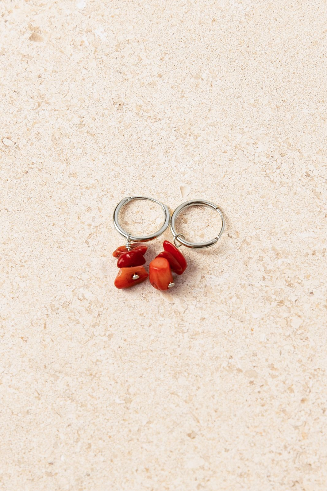 Zilveren oorbellen met rode asymmetrische steentjes - Dames | Sissy-Boy