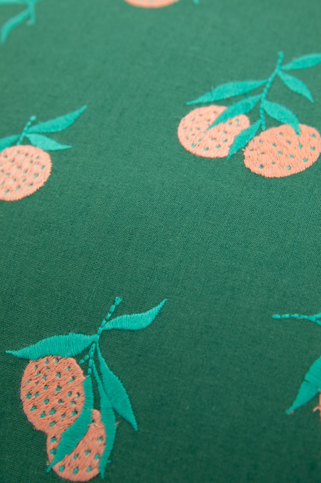 Groen sierkussen met all over sinaasappel embroidery - Homeland | Sissy-Boy