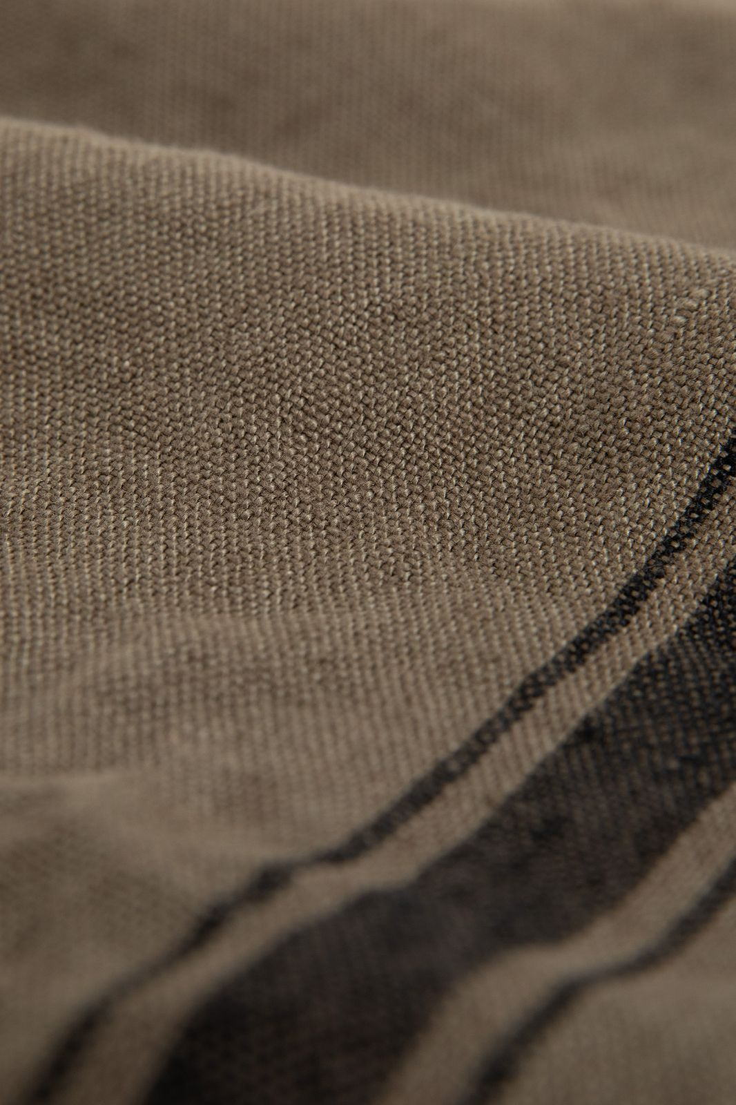 Bruine theedoek met zwarte omlijning