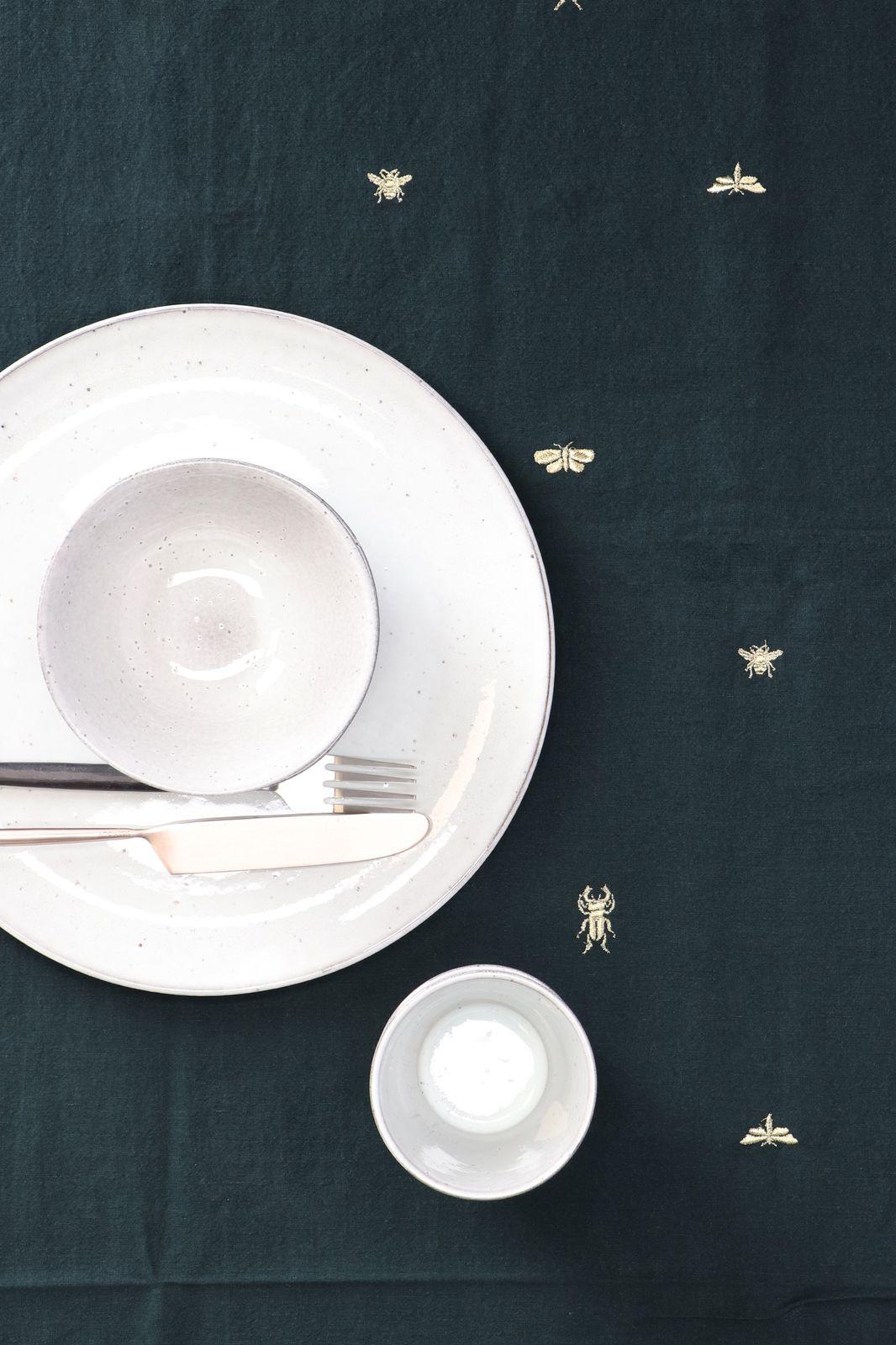 Donkergroen tafelkleed gouden borduursels