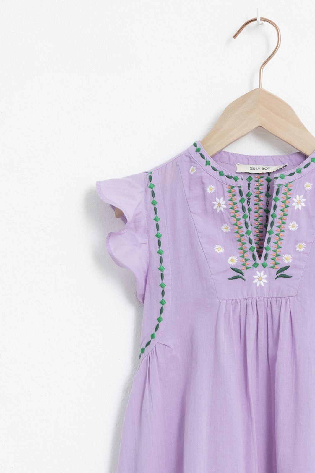 Paarse jurk met ruffles en geborduurde details