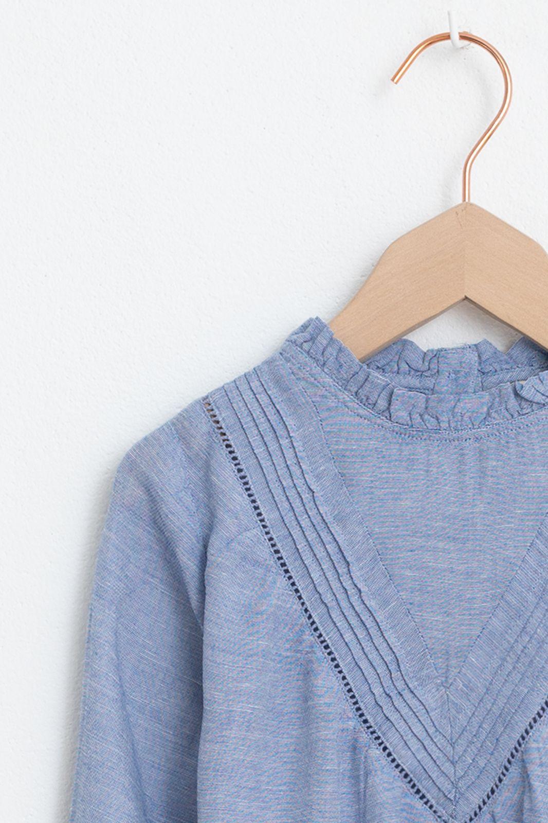 Blauwe blouse met plooien en ruffle details